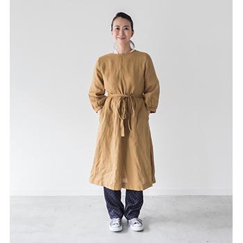 ワンピース、ローブ、作業着にも使えるリネンのかっぽう着「ホームドレス」(マスタード)